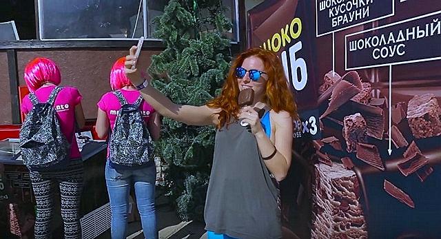 Девушка делает селфи на карнавале BoogelWoogel