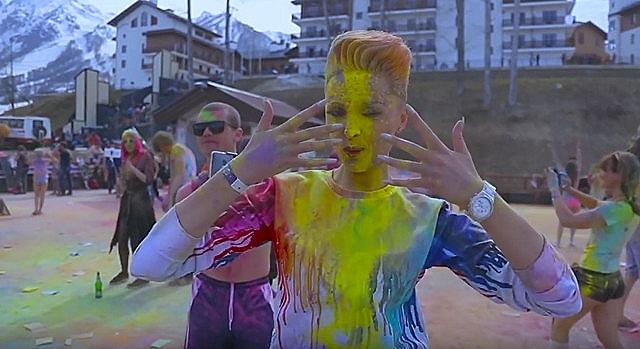 девушка в красках холи