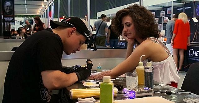 Девушке набивают татуировку