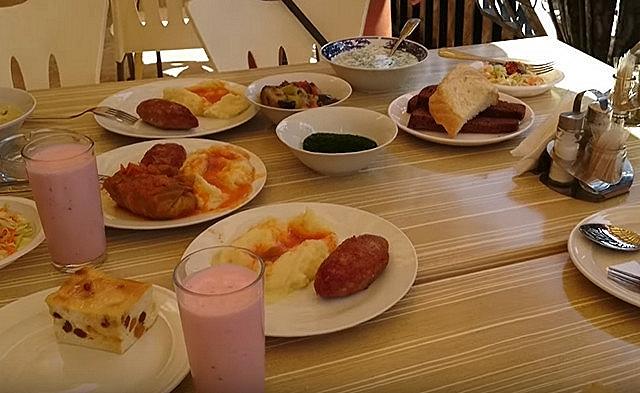 Еда в столовой Адлера
