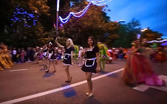 Яркое красочное шествие в Сочи