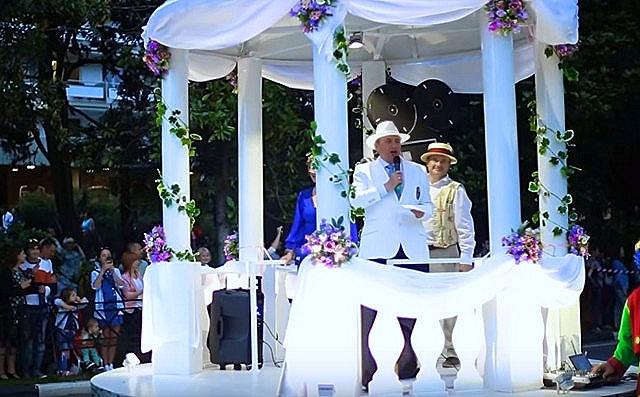 мэр города Анатолий Пахомов в белом костюме